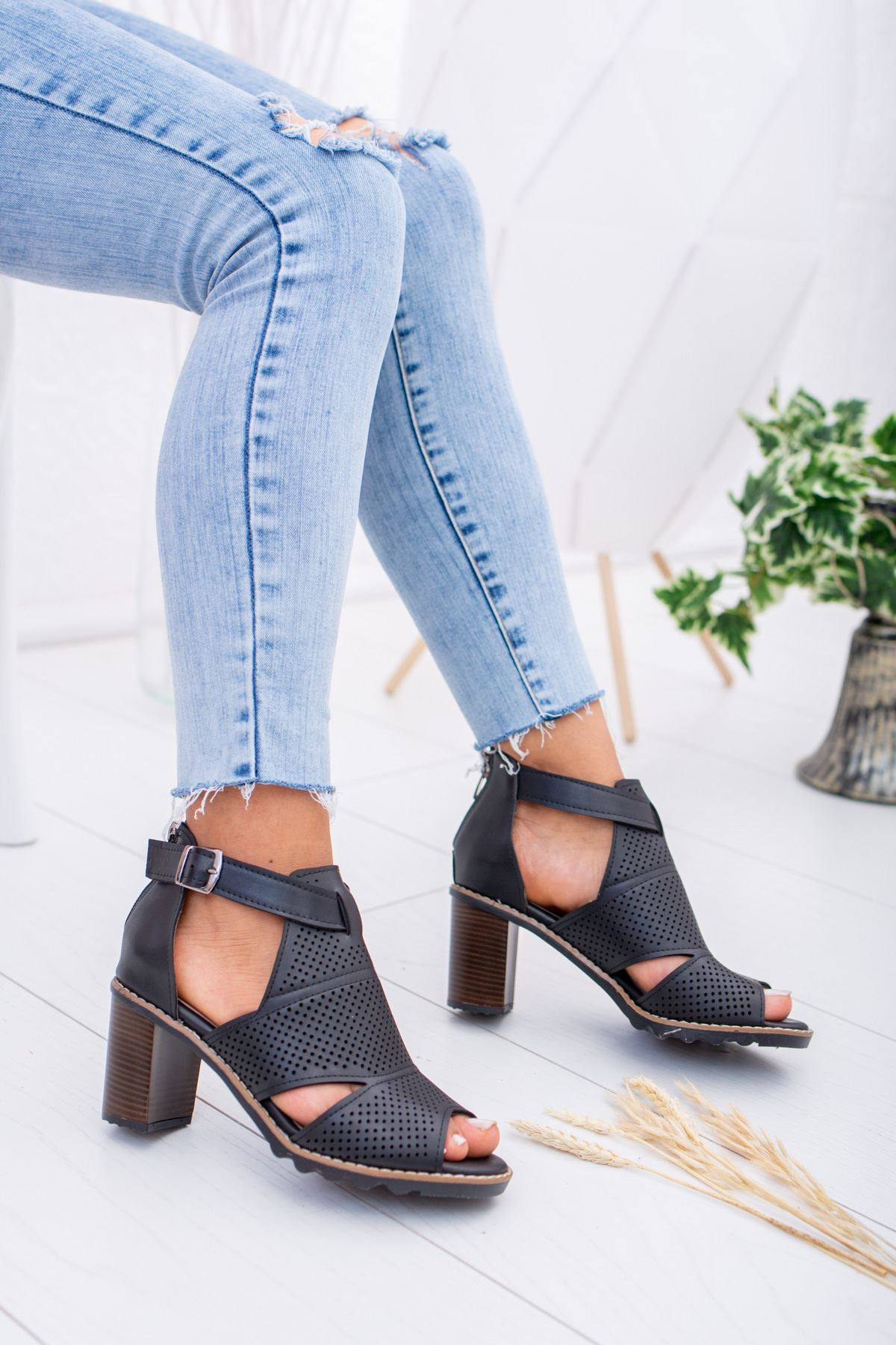 Lazerli Delikli Siyah Ökçeli Sandalet