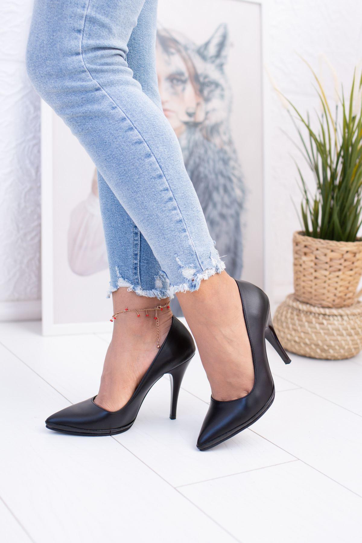 Sivri Burun Çivi Topuk Siyah Ayakkabı
