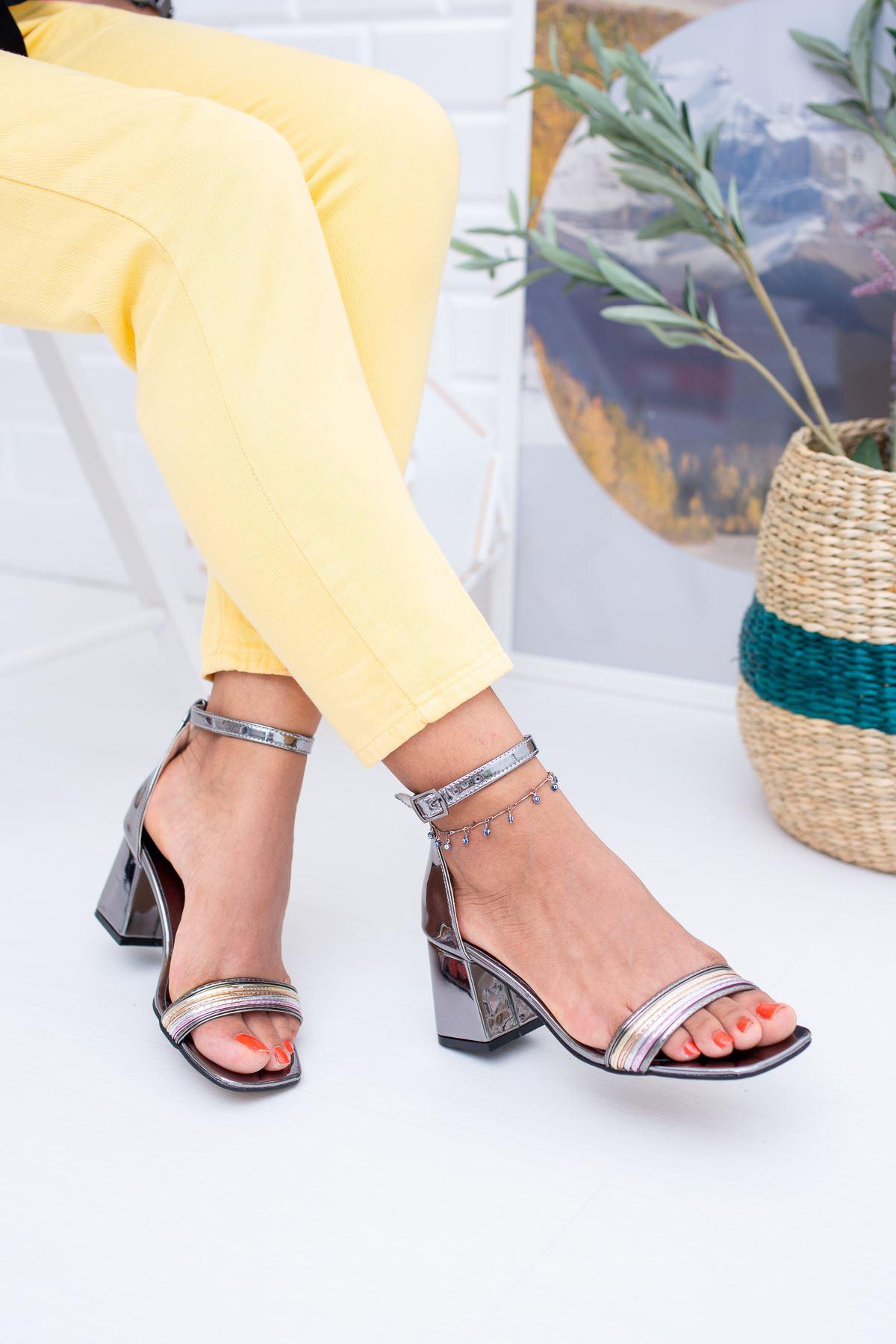 İnce Şeritli Topuklu Sandalet