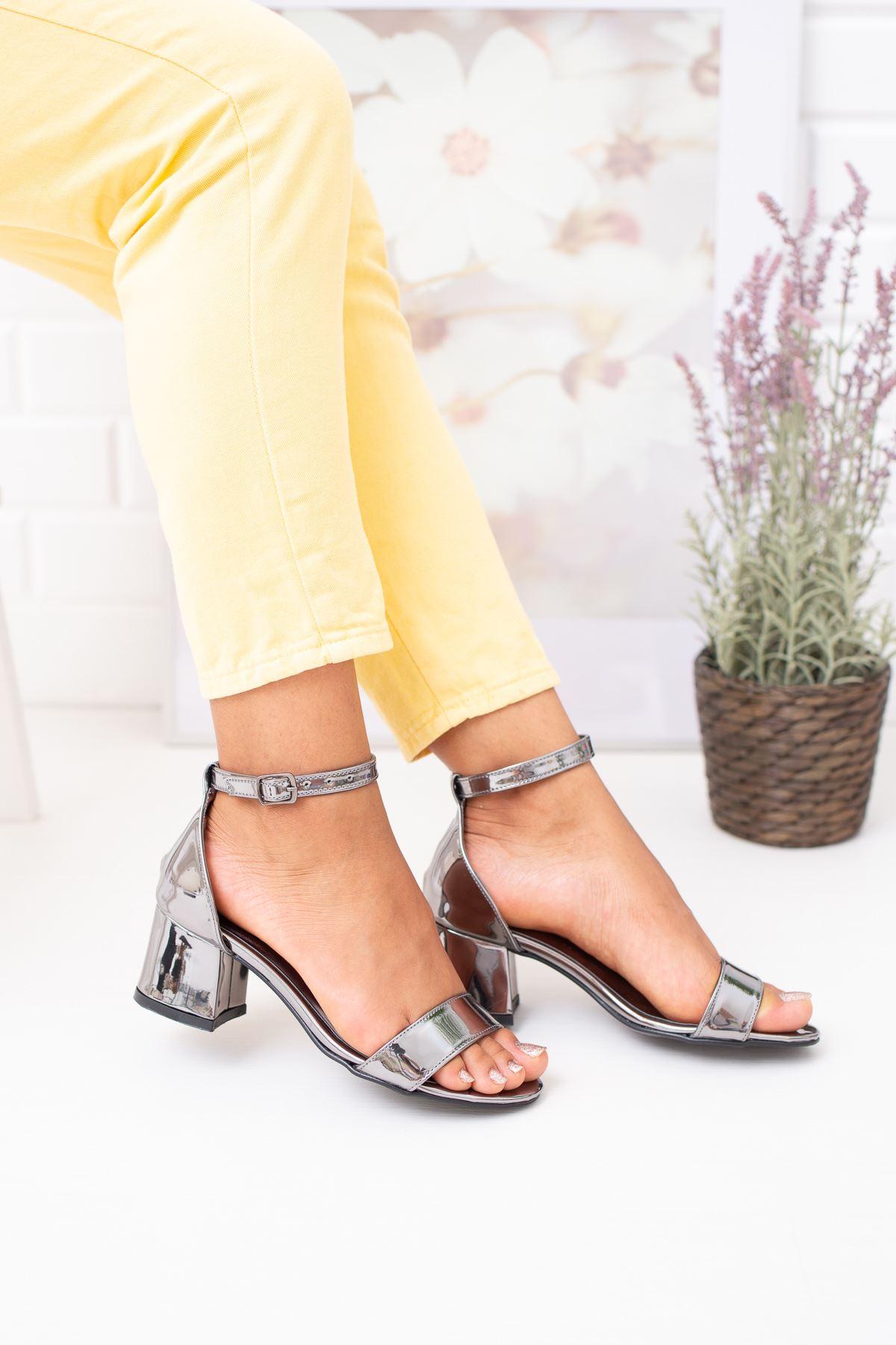 Kısa Topuk Tek Bant Platin Ayakkabı