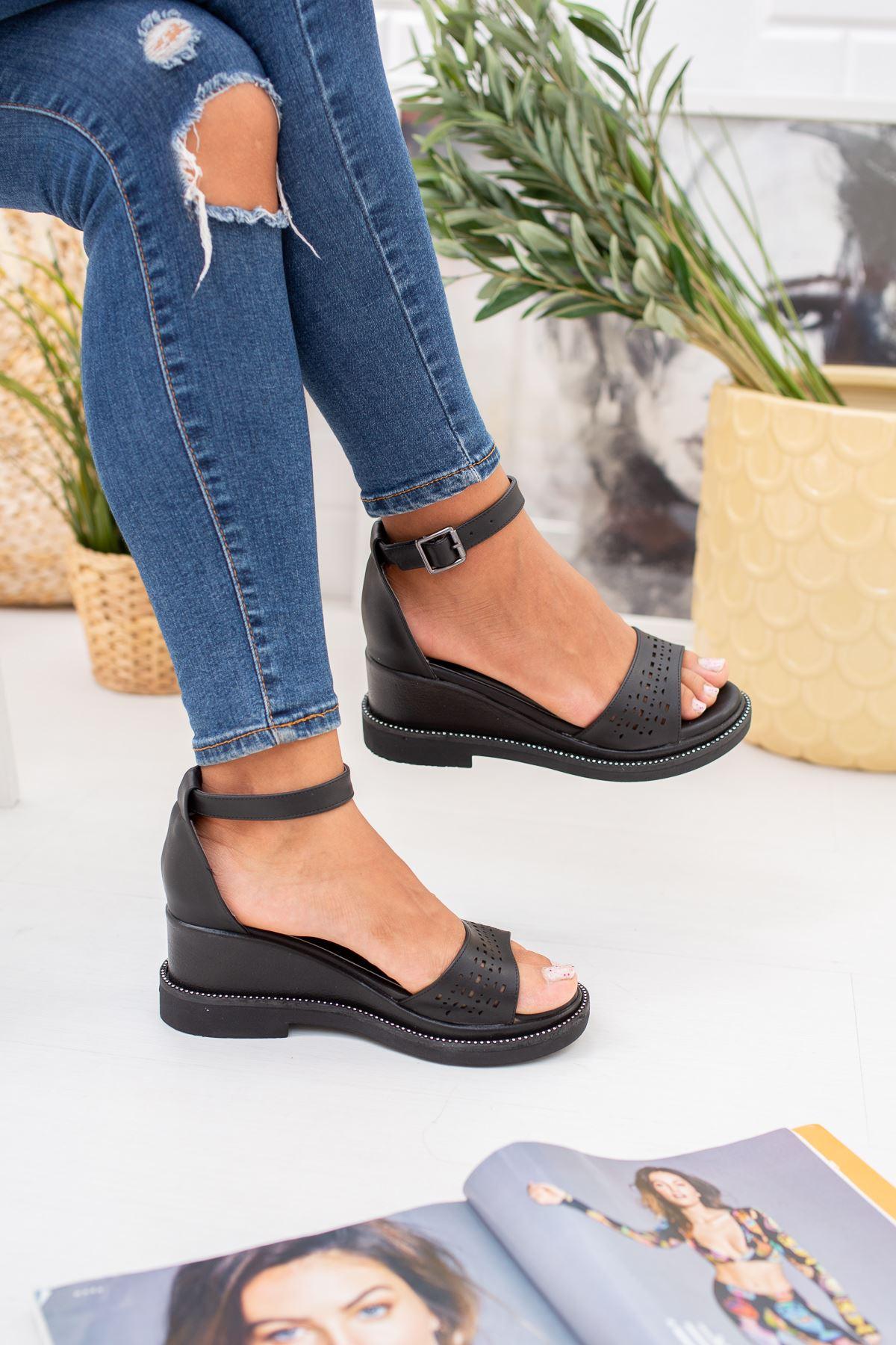 Tek Bant Topuklu Siyah Sandalet