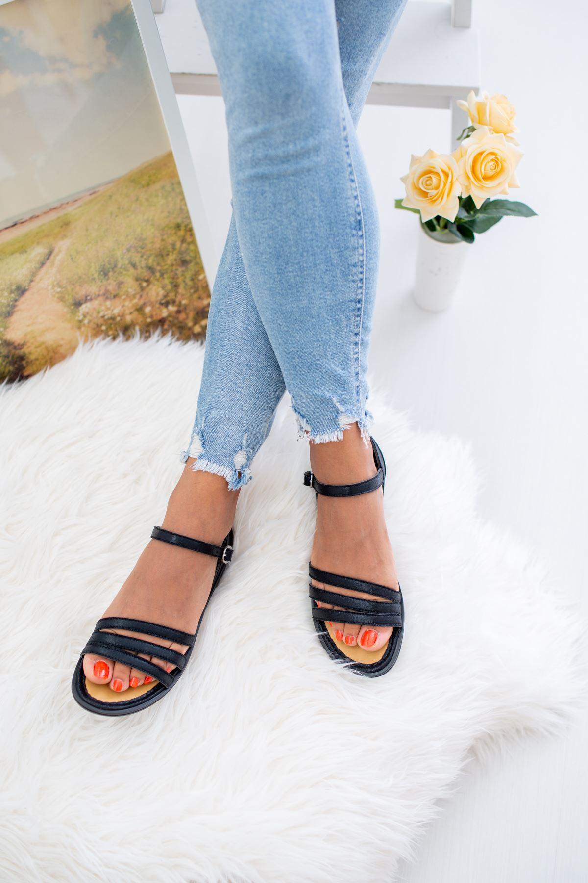 3 Bantlı Siyah Sandalet