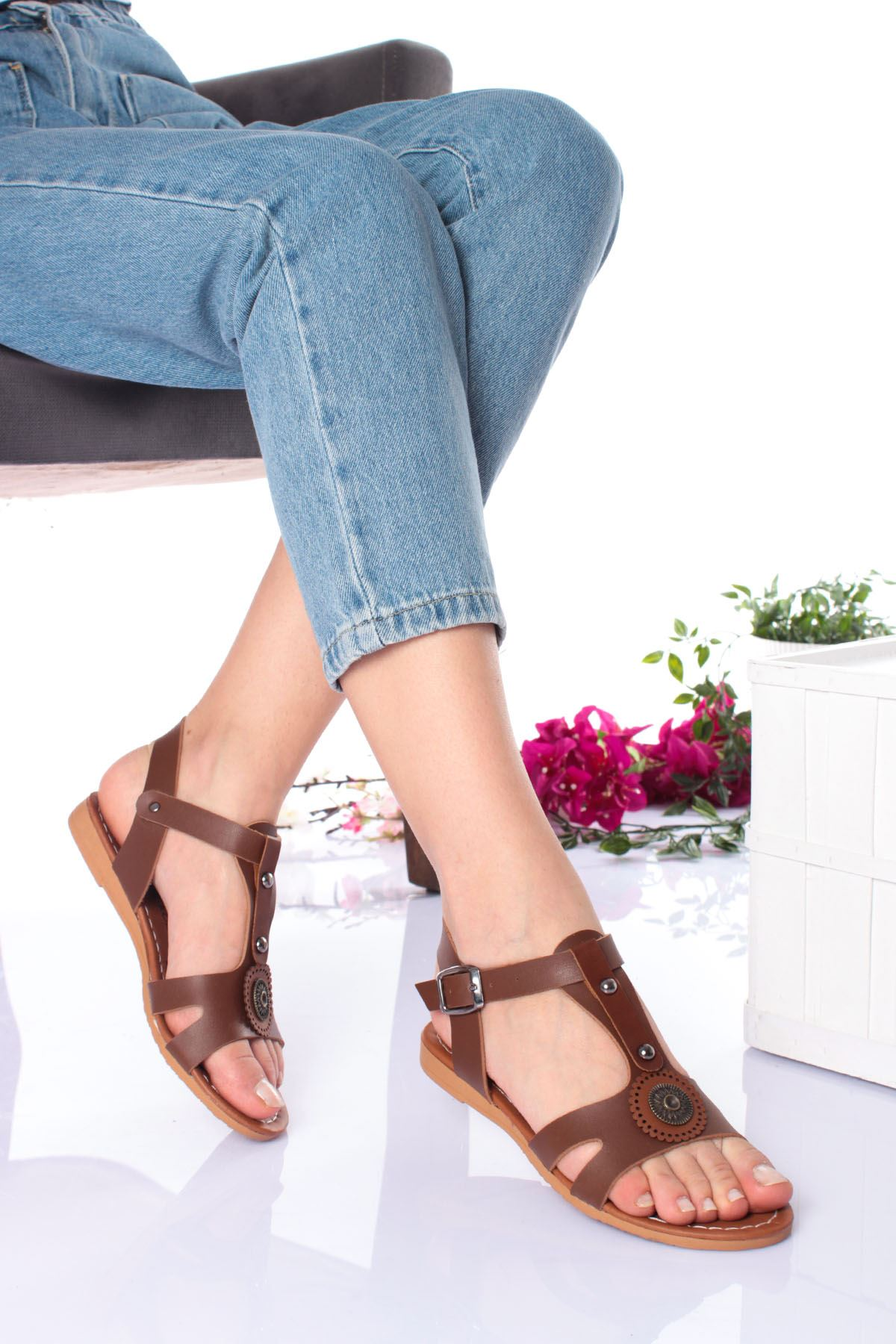 Kalın Bantlı Üstü Metalli Taba Kadın Sandalet