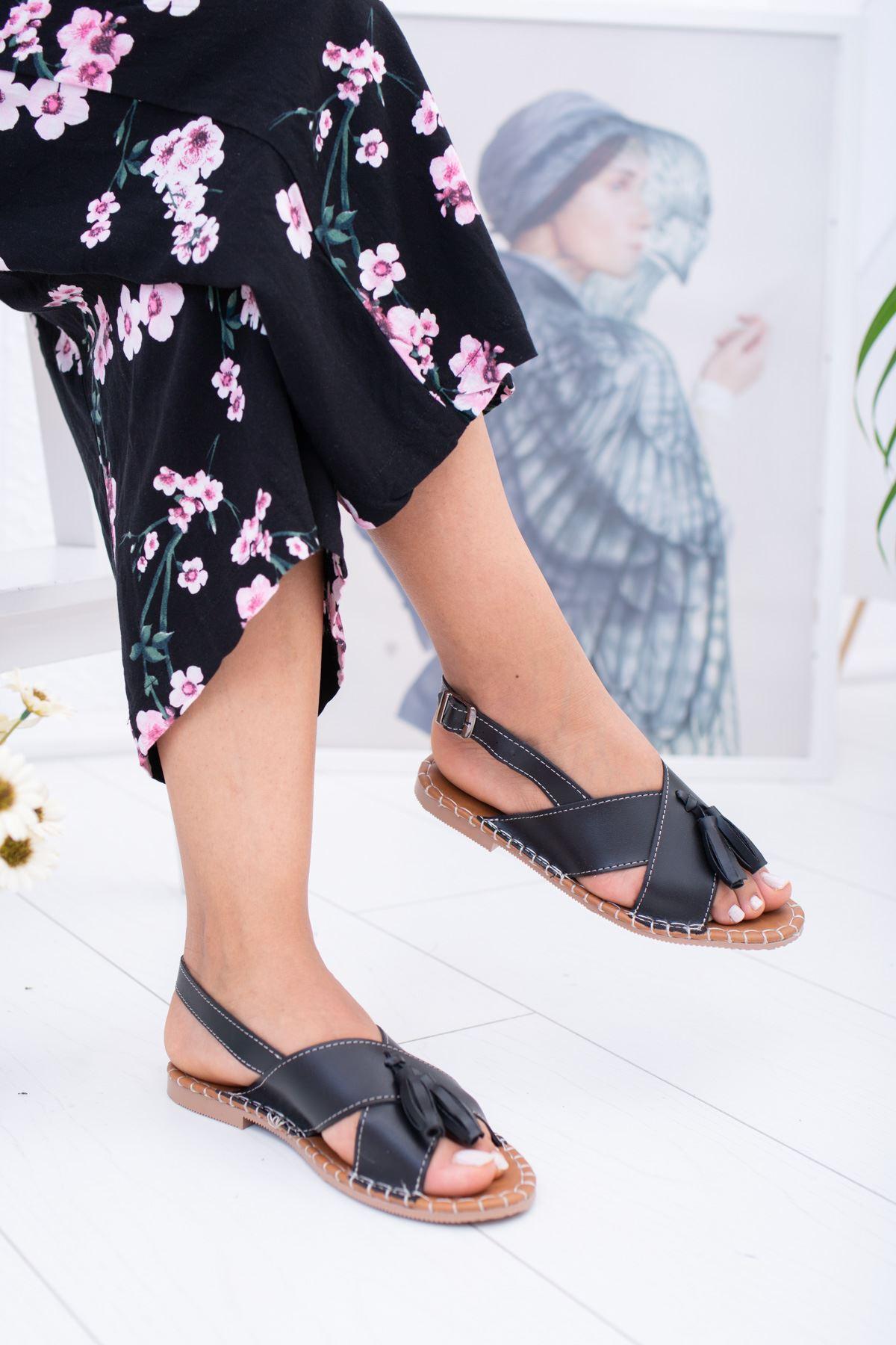 Çapraz Bant Püsküllü Siyah Cilt Kadın Sandalet