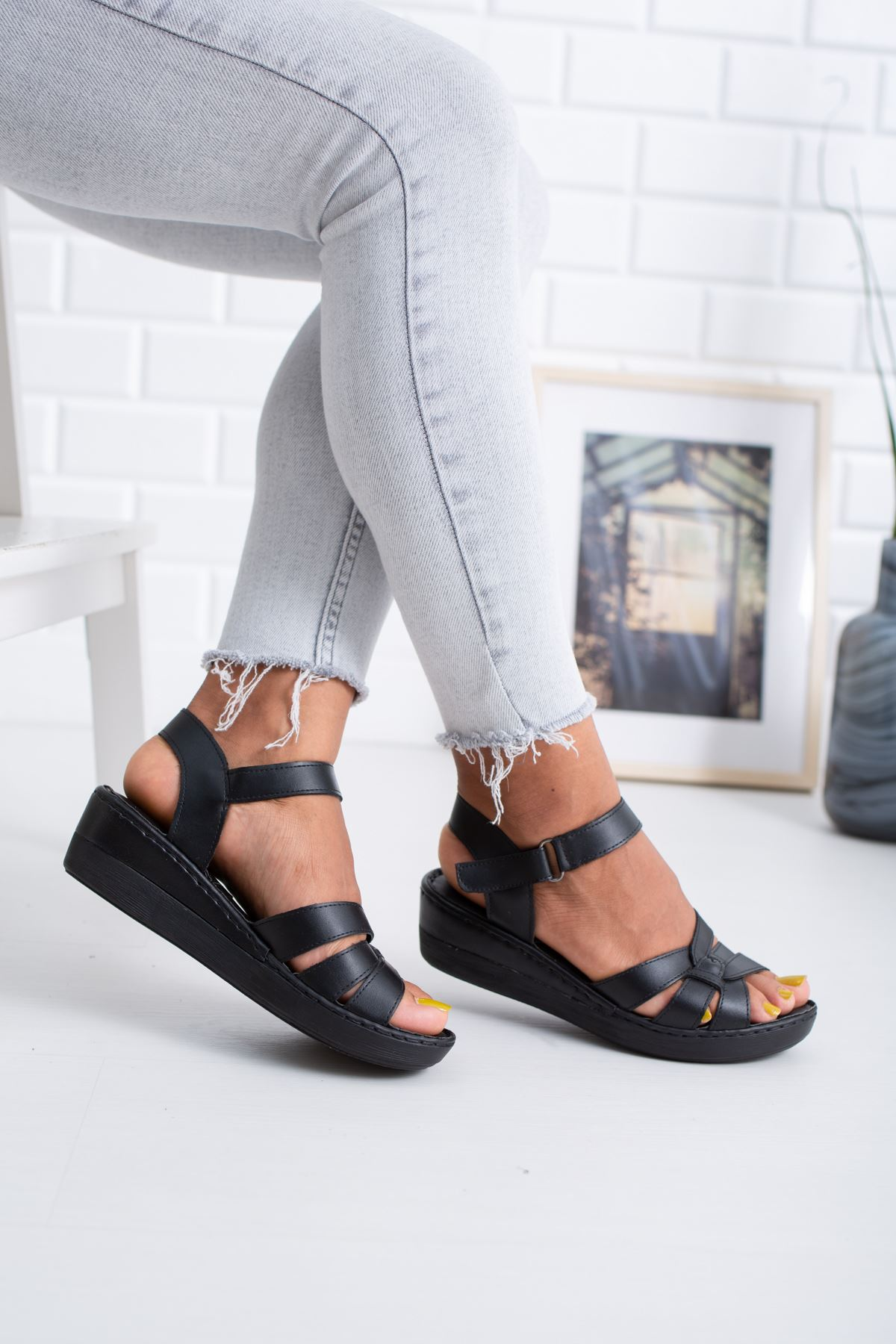 Ortopedik Ped İçi Deri 3 Şeritli Siyah Cilt Sandalet