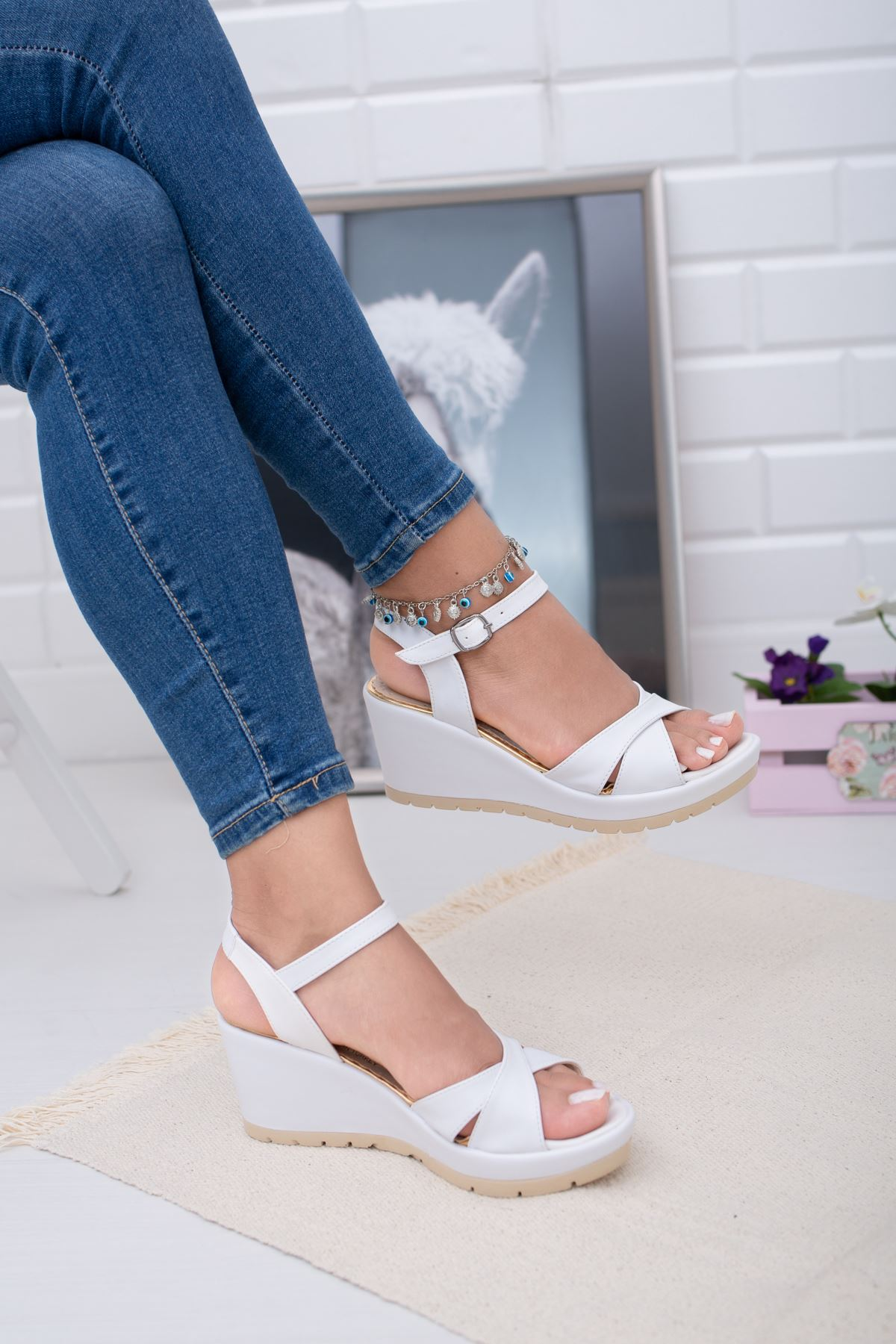 Dolgu Taban Çapraz Beyaz Cilt  Sandalet