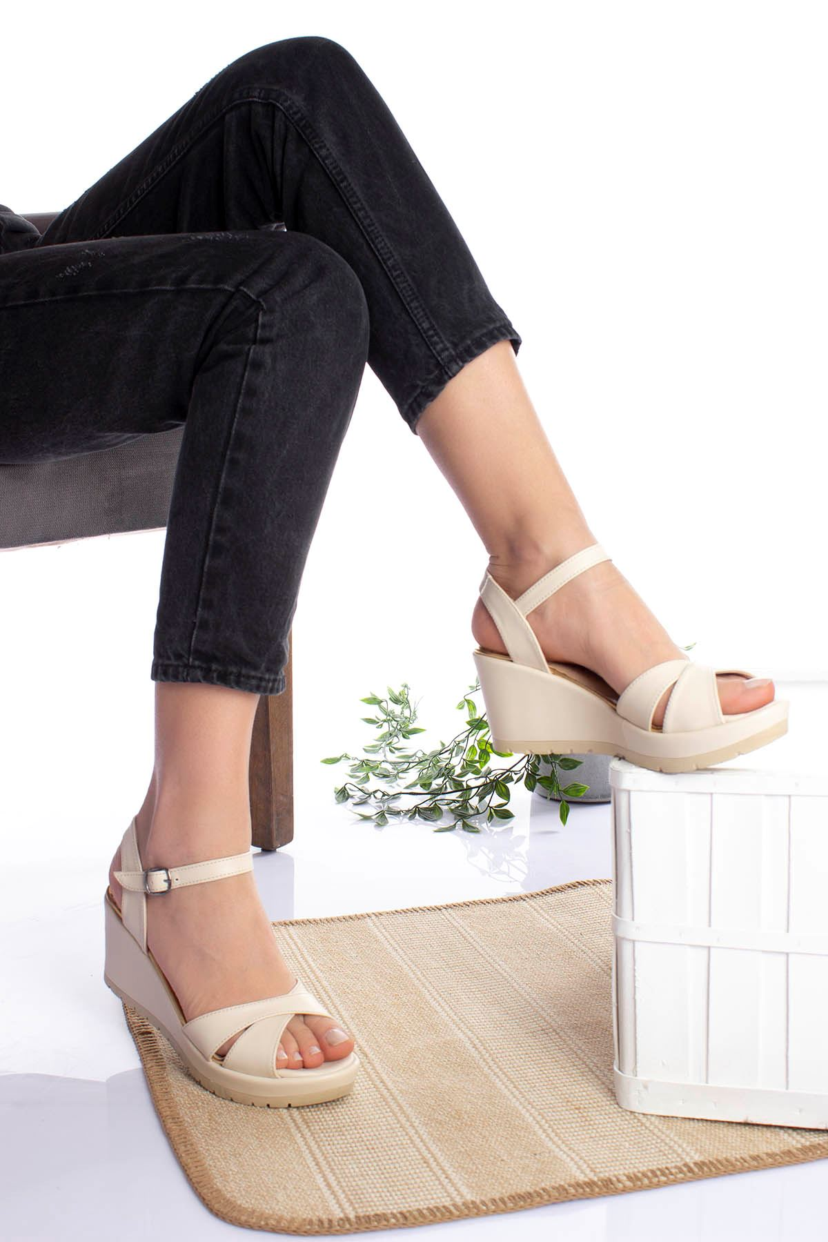 Dolgu Taban Çapraz Krem Cilt  Sandalet