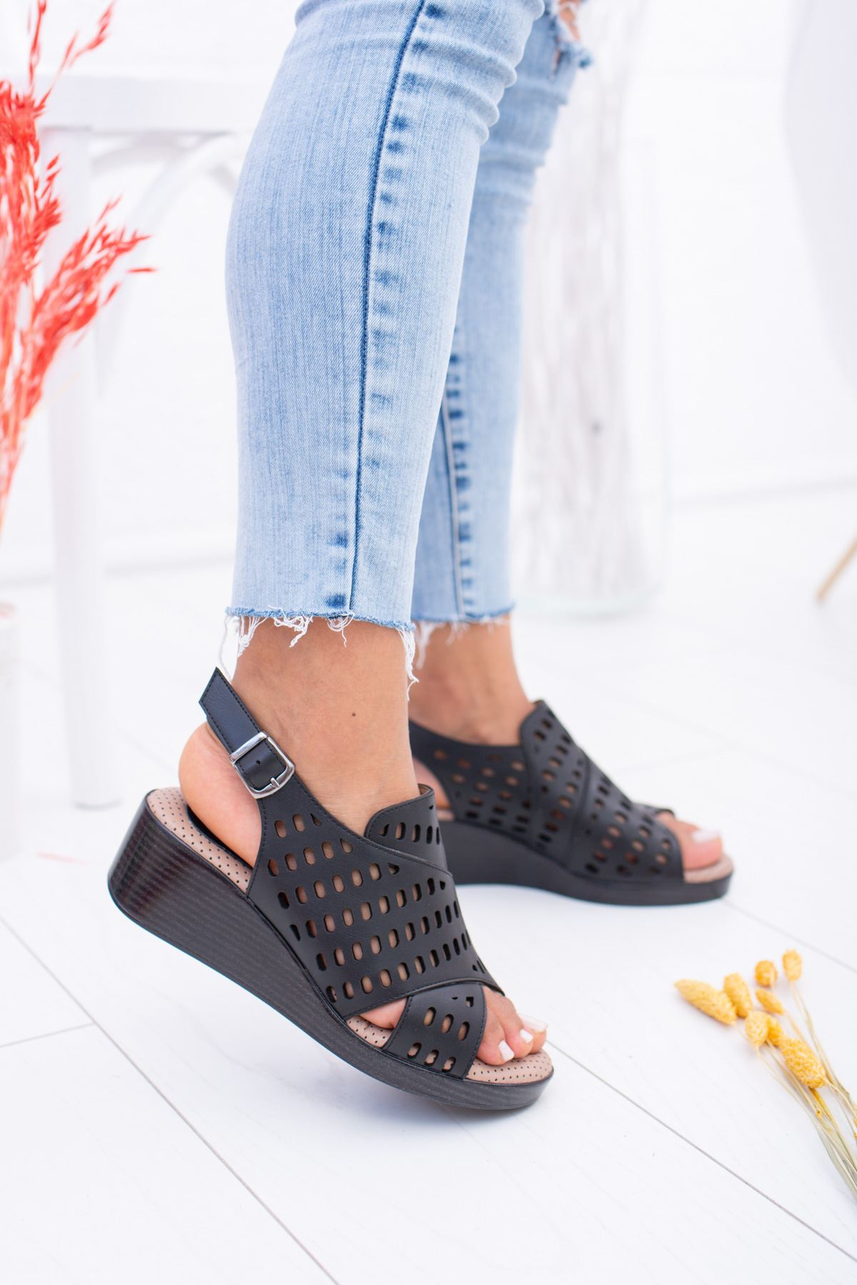 Lazerli Dolgu Taban Ortopedik Siyah Sandalet
