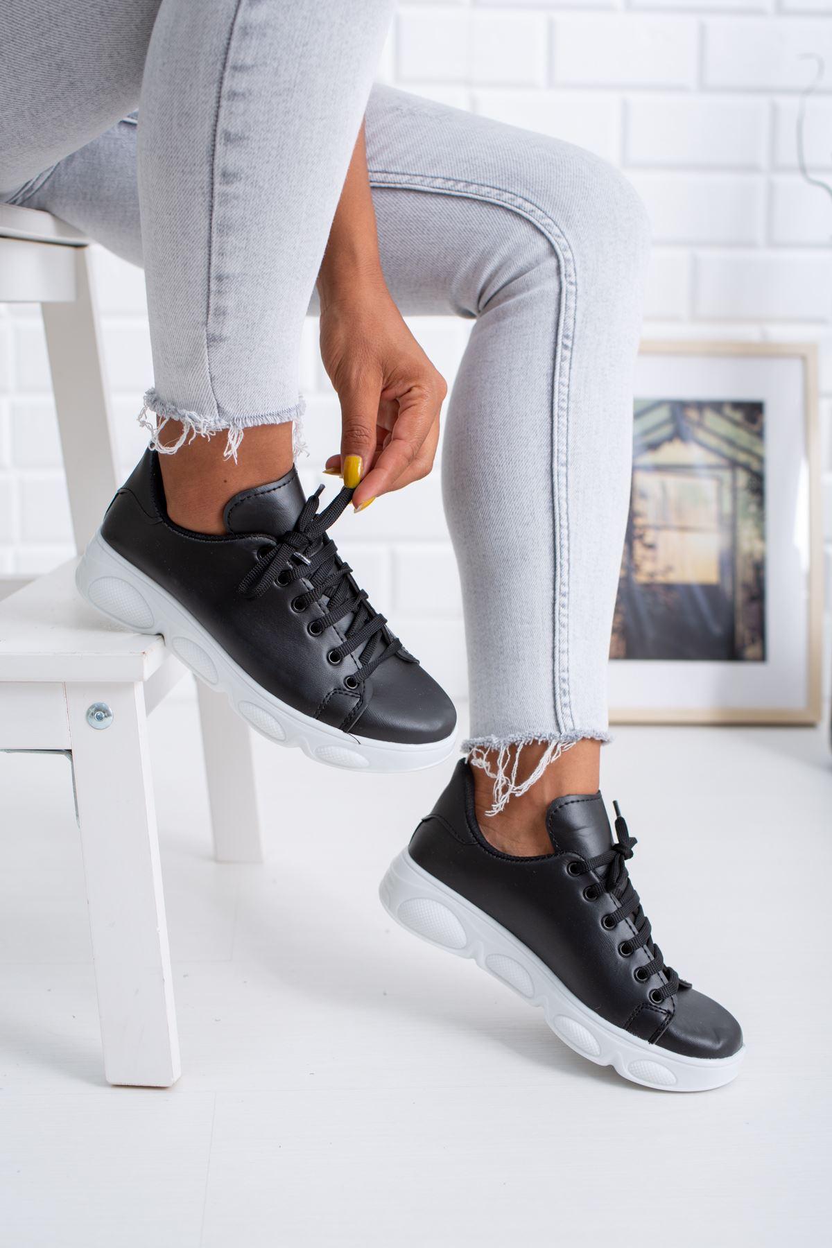Siyah Tabanı Beyaz Cilt Spor Ayakkabı