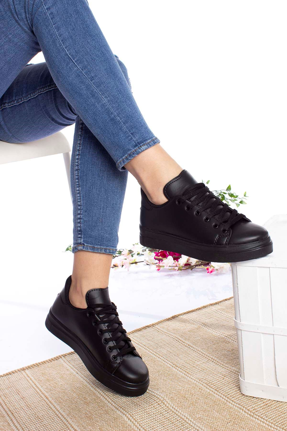 Düz Siyah Cilt Bağcıklı Spor Ayakkabı