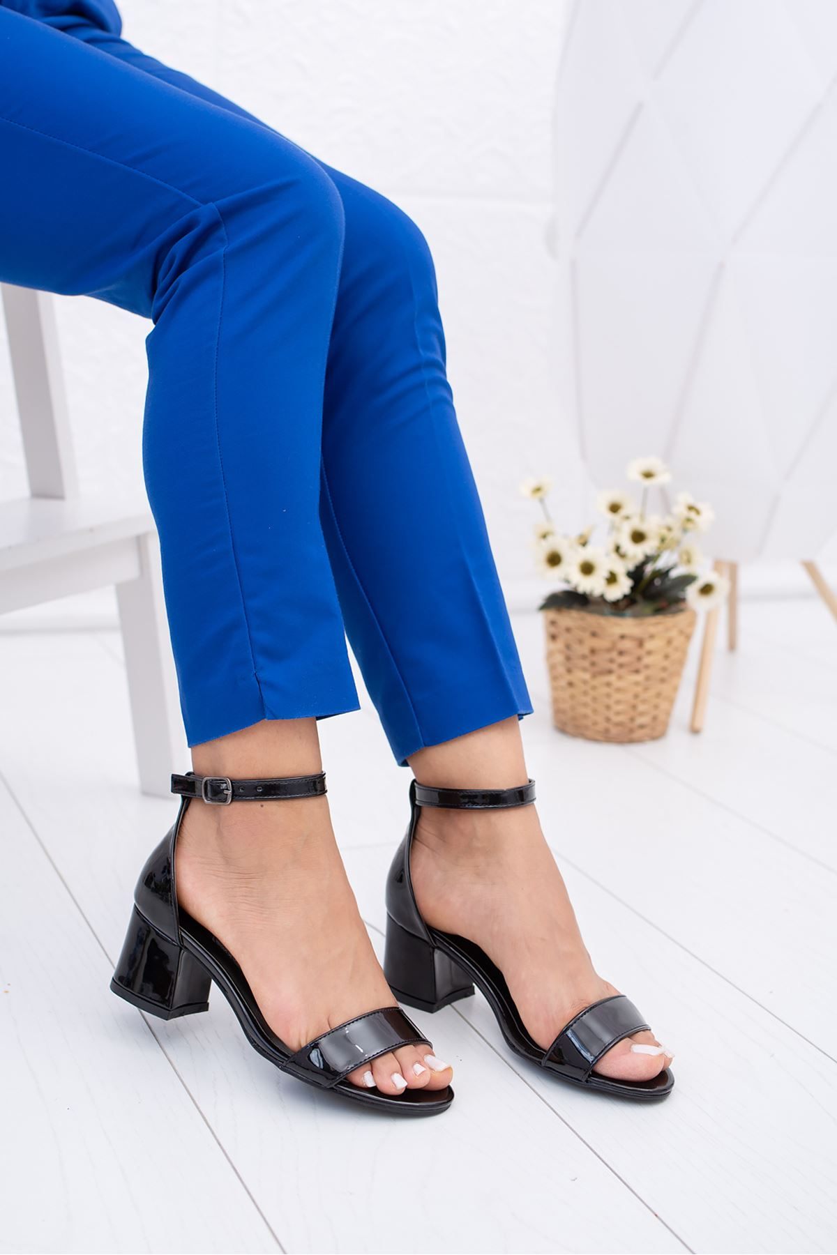 Kısa Topuk Tek Bant Siyah Rugan Ayakkabı