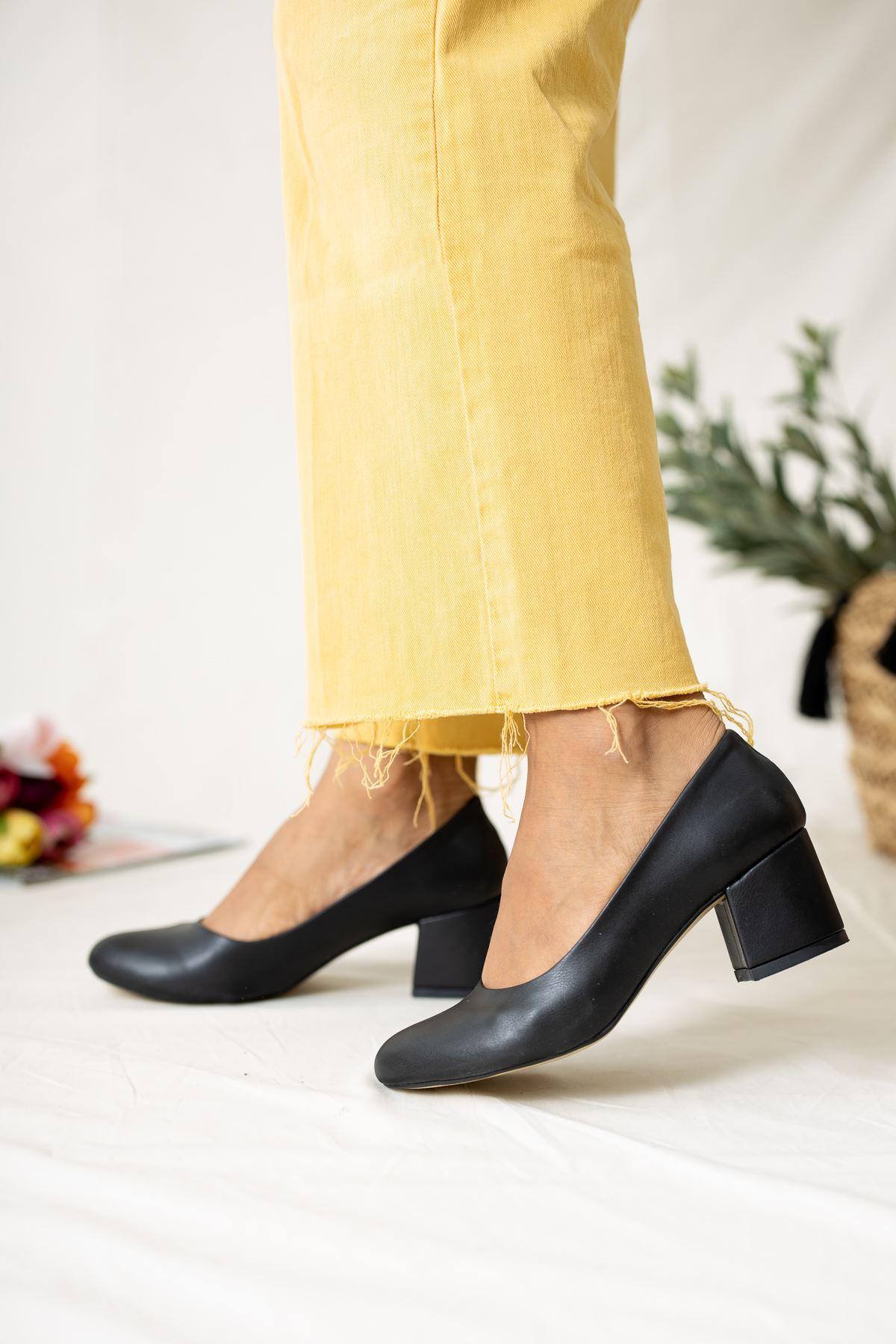 Kare Topuk Dekolte Siyah Cilt Kadın Ayakkabı