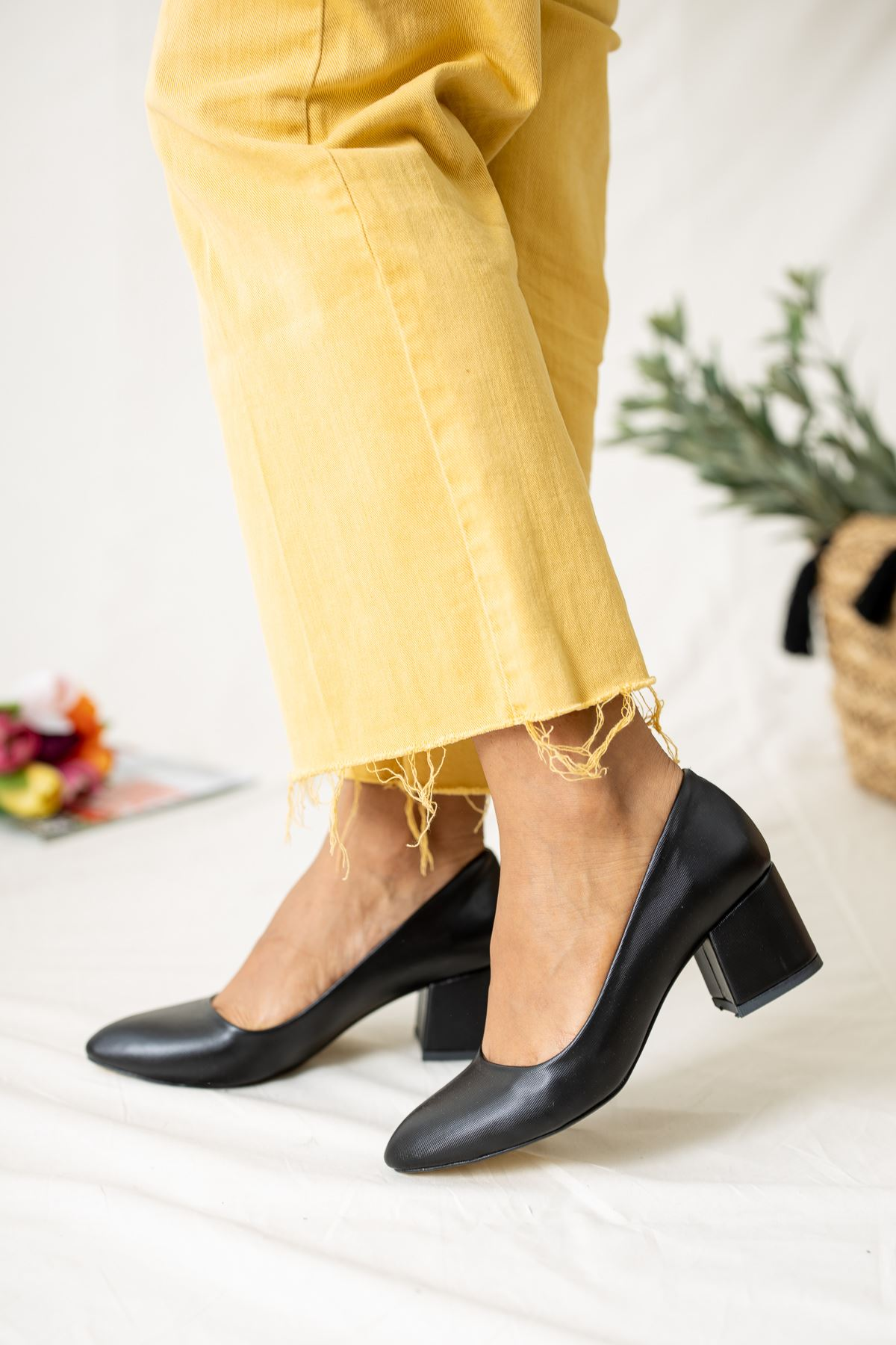 Sivri Burun Kare Topuk Siyah Diva Kadın Ayakkabı