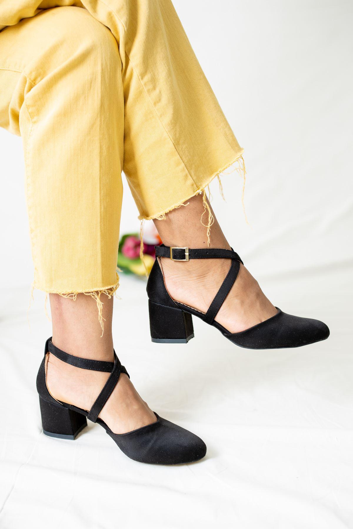 Kare Topuk Bilekten Kemerli Siyah Süet Kadın Ayakkabı