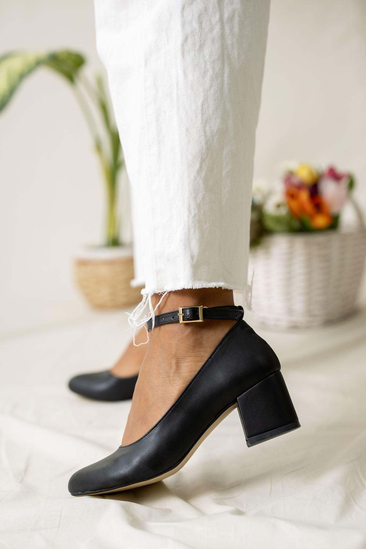 Kare Topuk Bilekten Tokalı Dekolte Siyah Ayakkabı