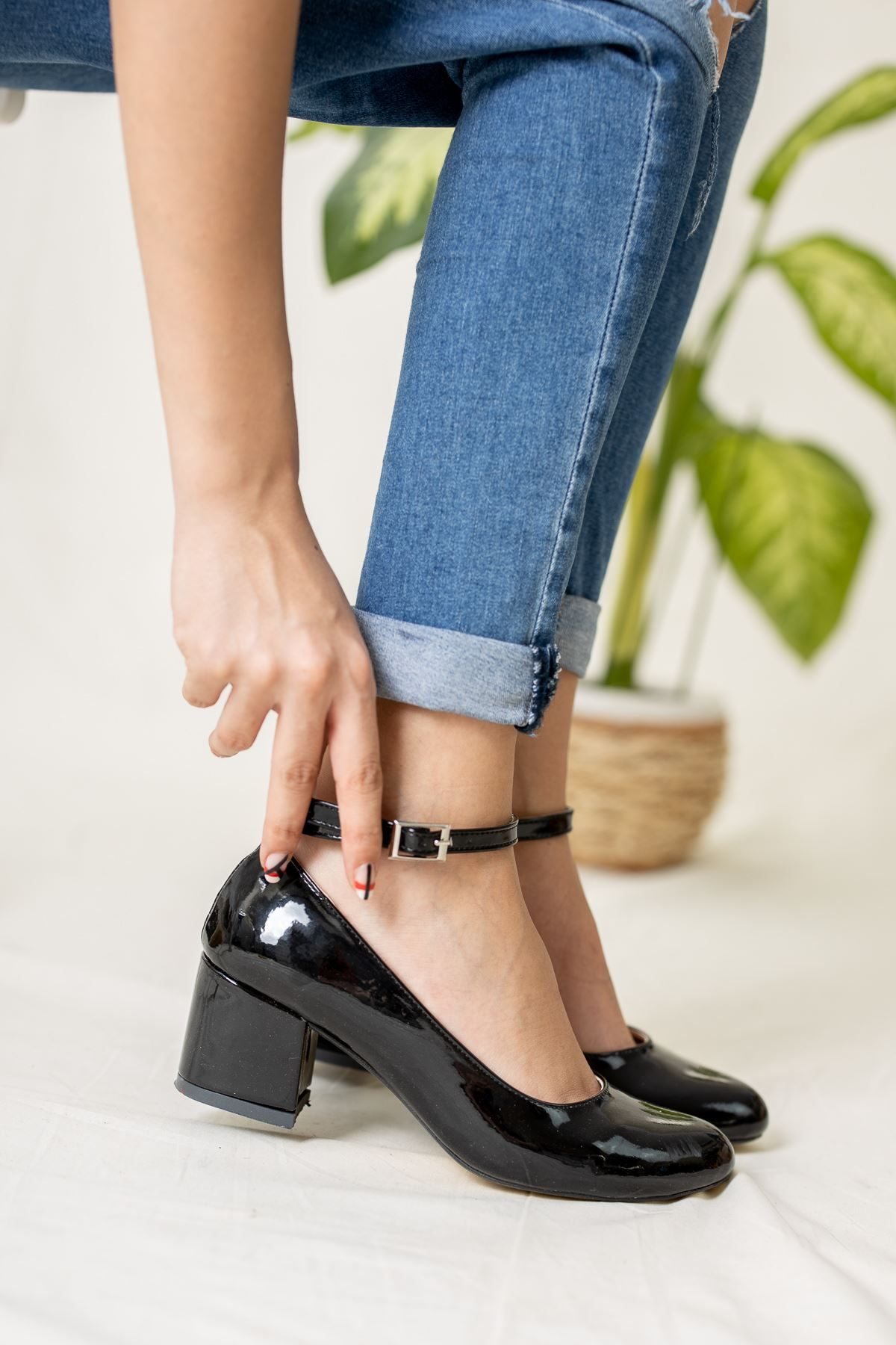 Yuvarlak Burun Bilekten Tokalı Siyah Rugan Ayakkabı