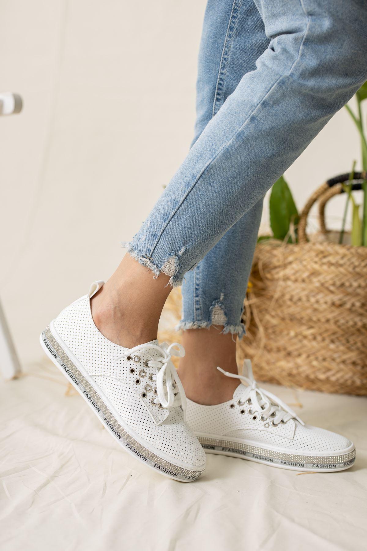 Tabanı Taşlı Alçak Beyaz Spor Ayakkabı