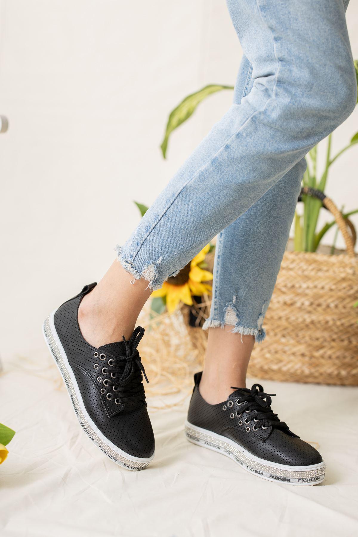 Tabanı Taşlı Alçak Siyah Spor Ayakkabı