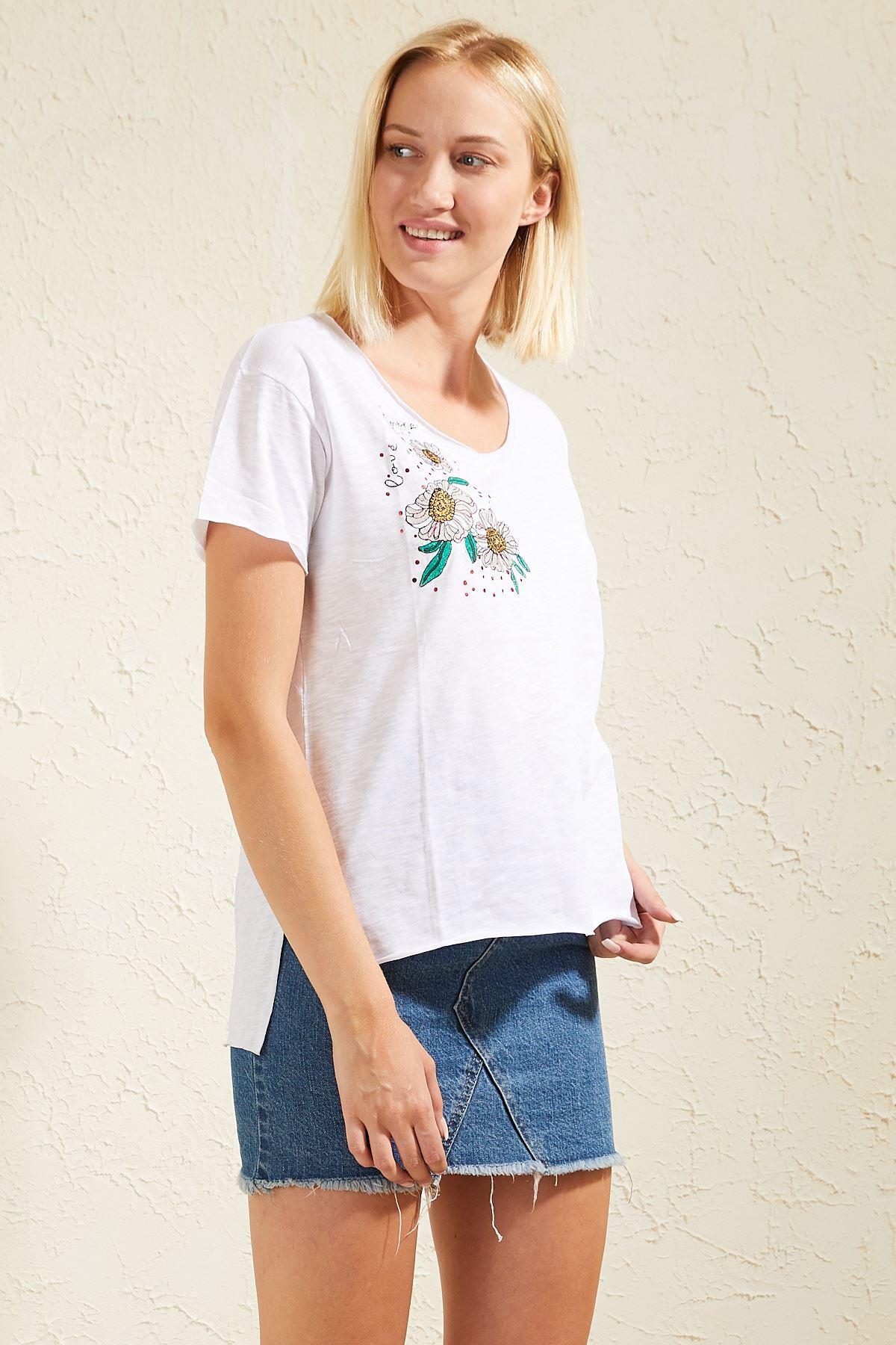 Çiçek Nakışlı Kadın T-shirt