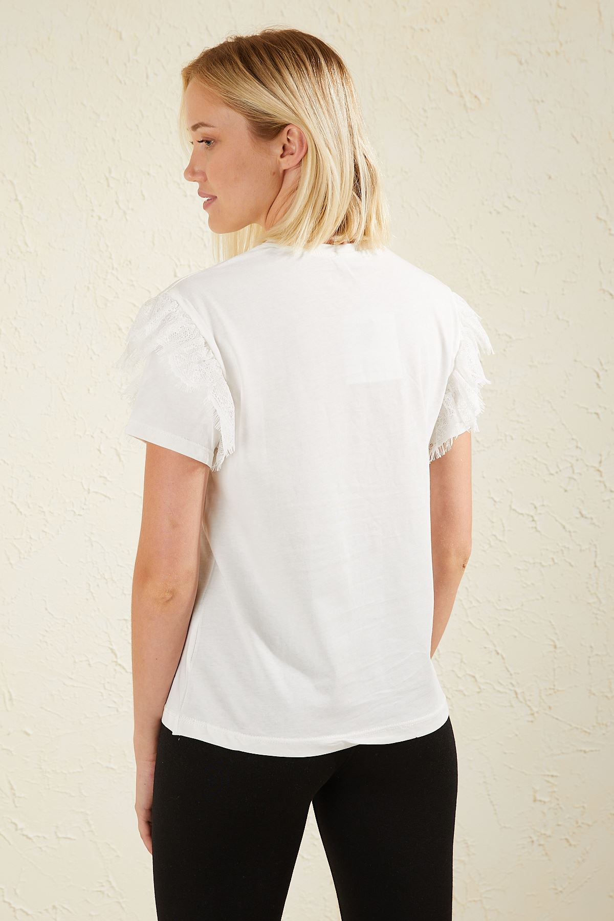 Omuzu Dantel Detaylı Kadın T-shirt