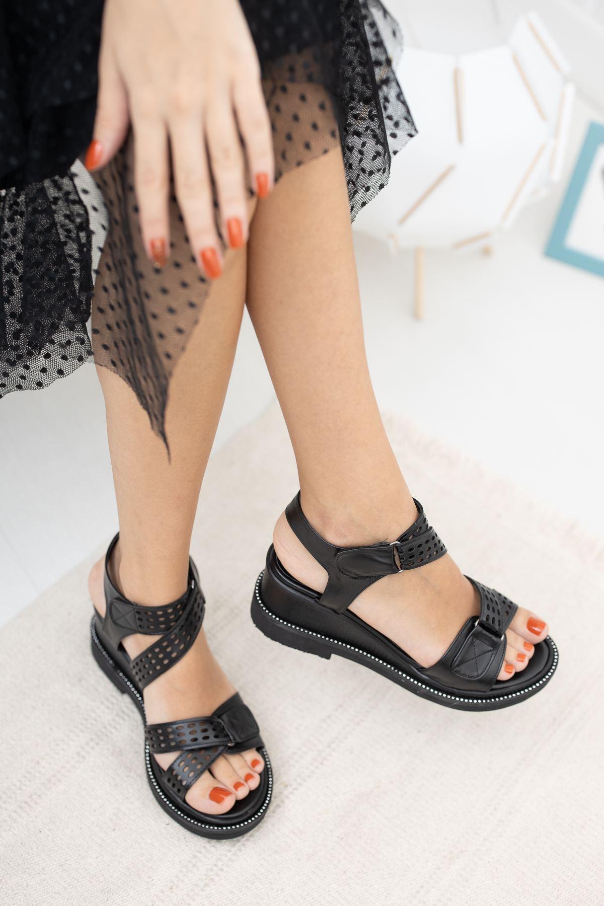 Cırtlı Siyah Cilt Topuklu Sandalet