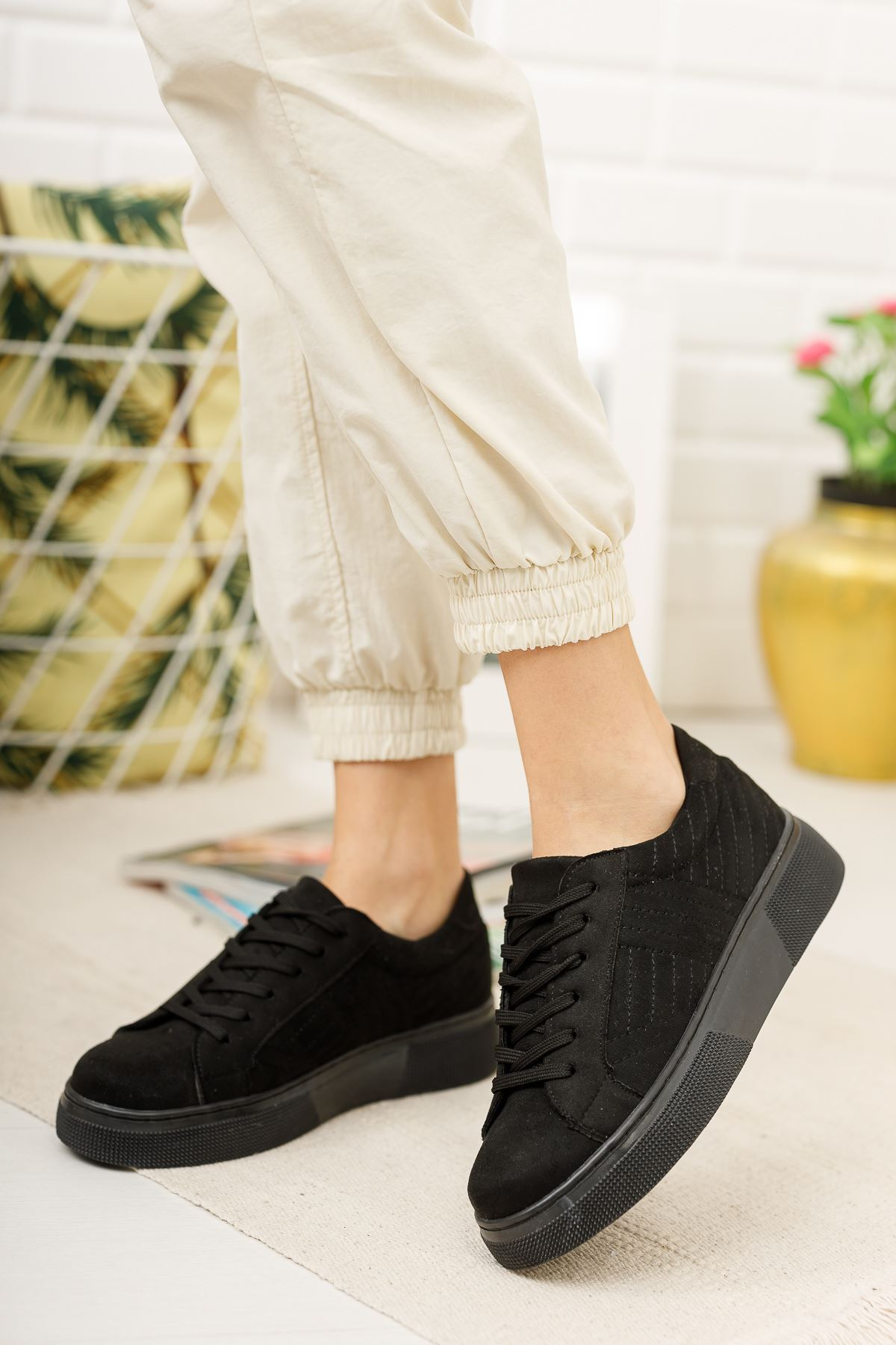 Bağcıklı Siyah Tabanı Siyah Süet Spor Ayakkabı