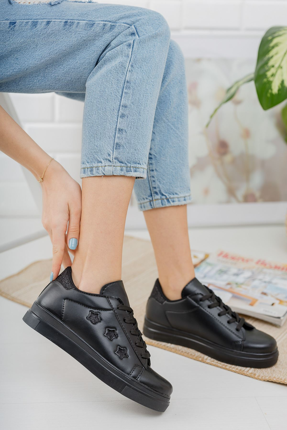 Bağcıklı Yıldızlı Siyah Spor Ayakkabı