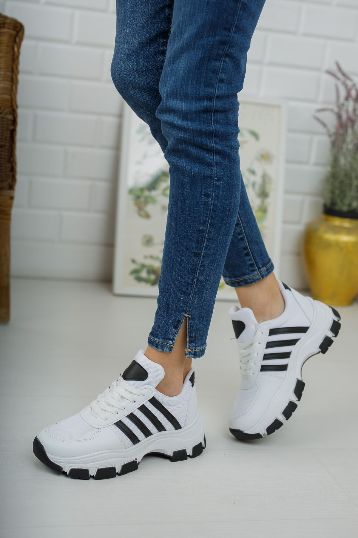 Yüksek Taban Siyah Şeritli Beyaz Spor Ayakkabı