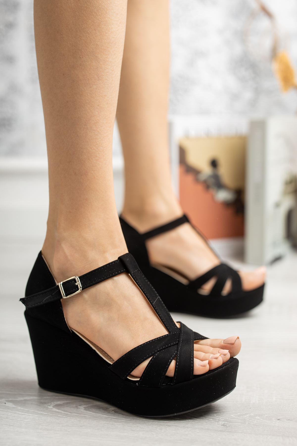 Dolgu Taban Çapraz Bant Direkli Siyah Süet Sandalet