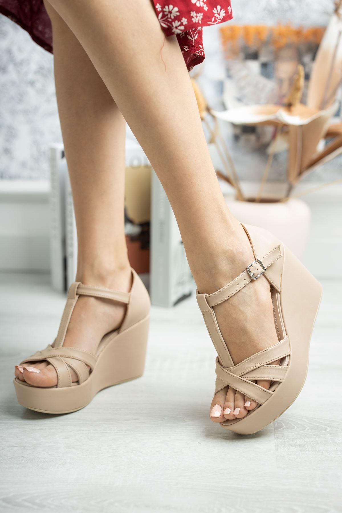 Dolgu Taban Çapraz Bant Direkli Nut Cilt Sandalet