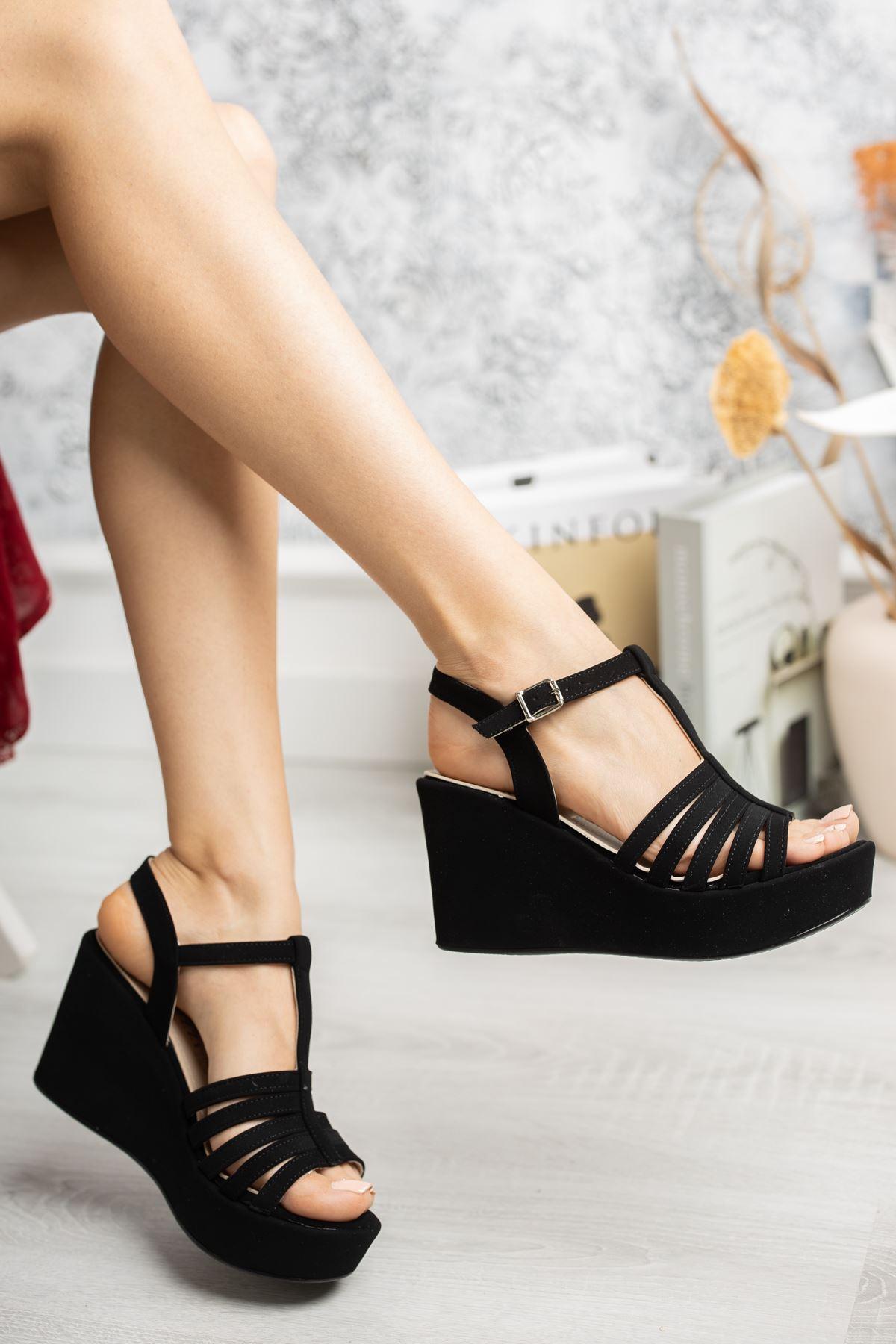 Dolgu Taban Biyeli Direkli Siyah Süet Sandalet