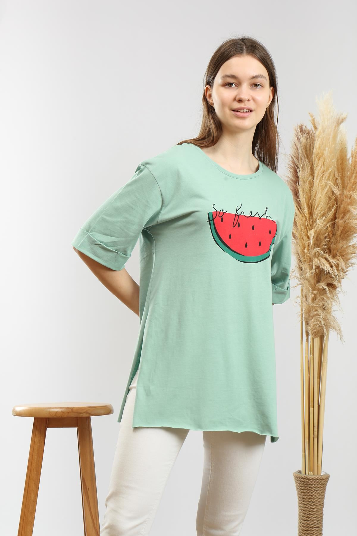 Yandan Yırtmaçlı Baskılı T-shirt
