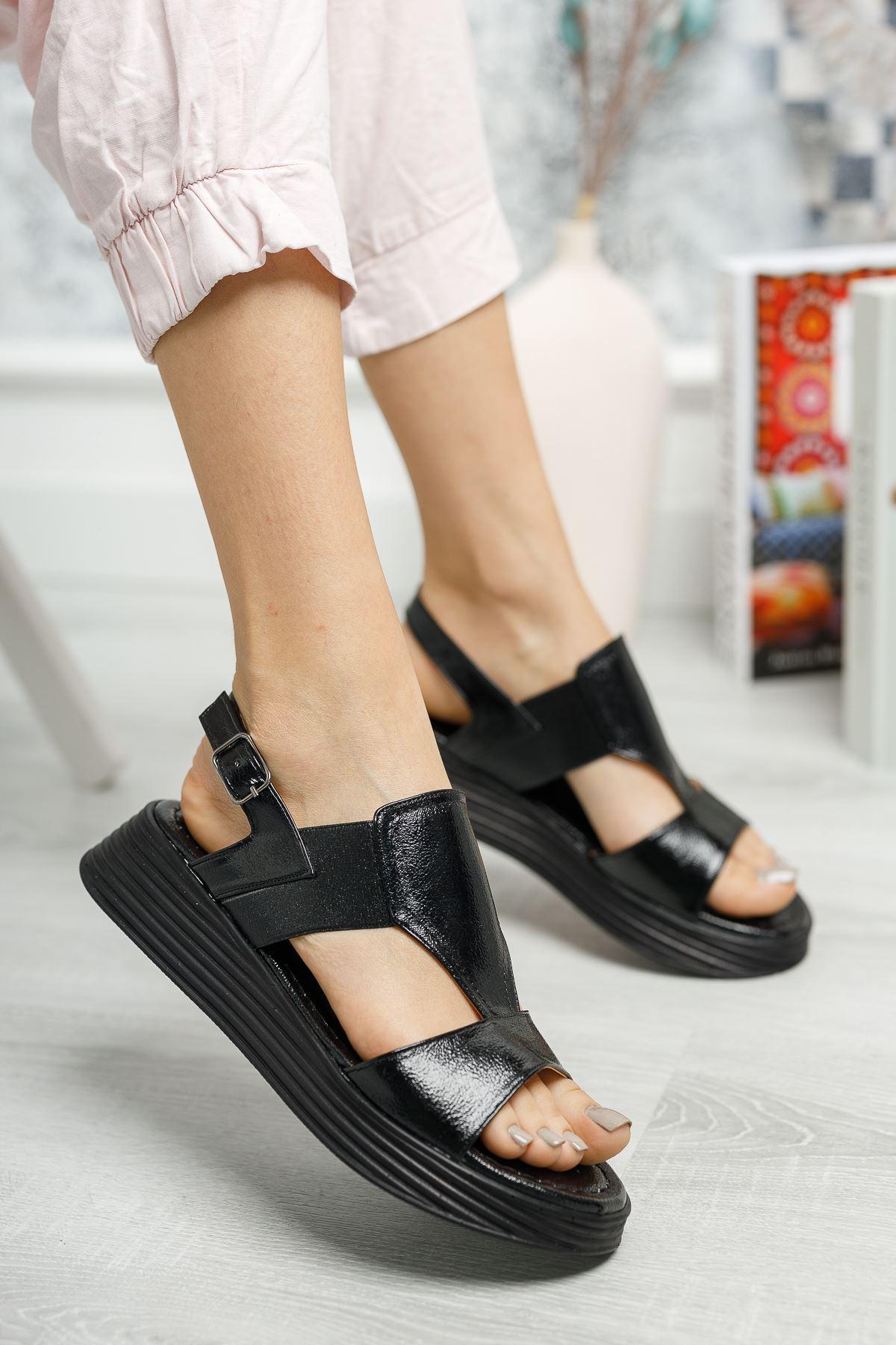 Lastikli Kırışık Siyah Rugan Sandalet