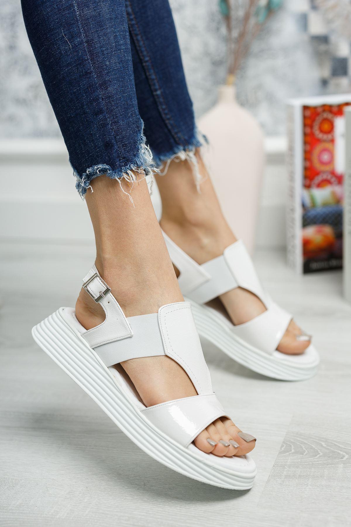 Lastikli Beyaz Rugan Sandalet