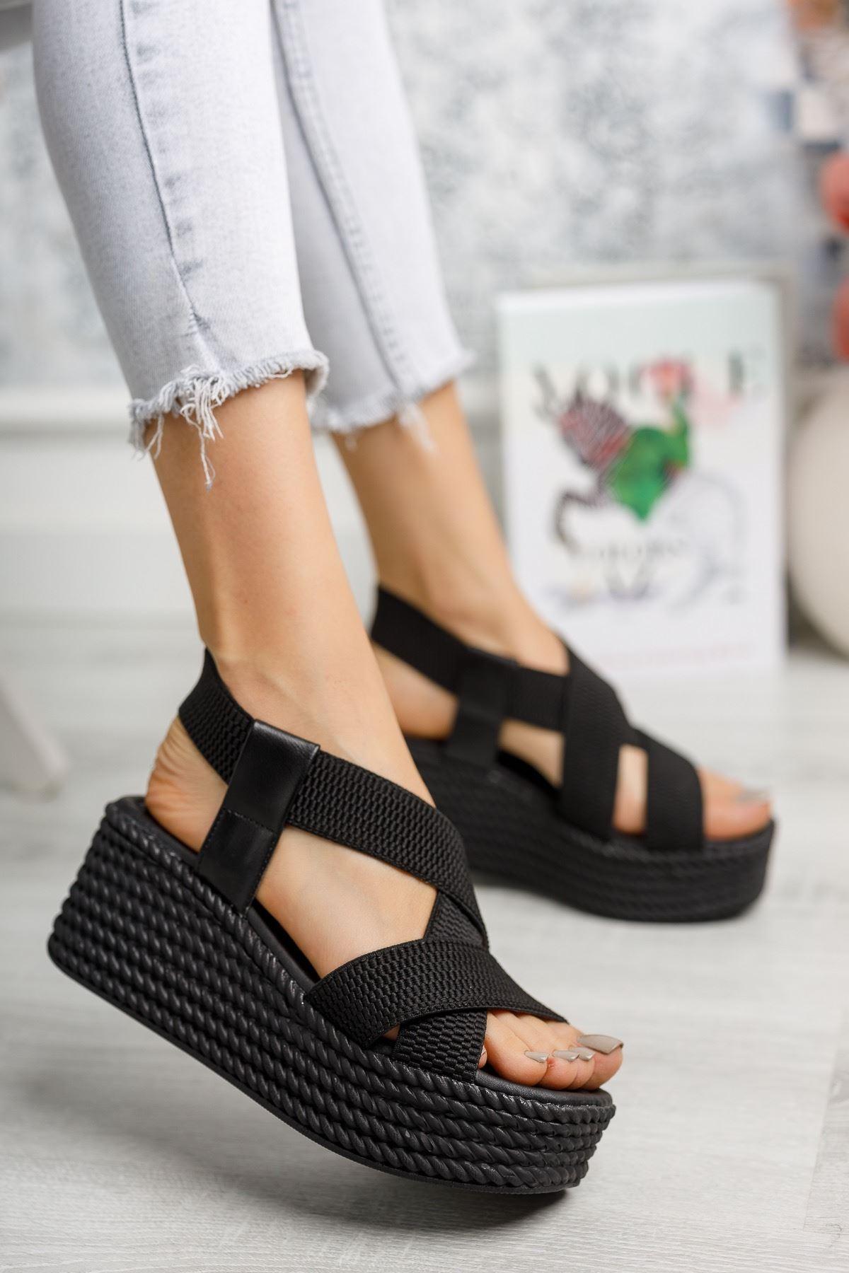Mantar Taban Lastikli Siyah Sandalet
