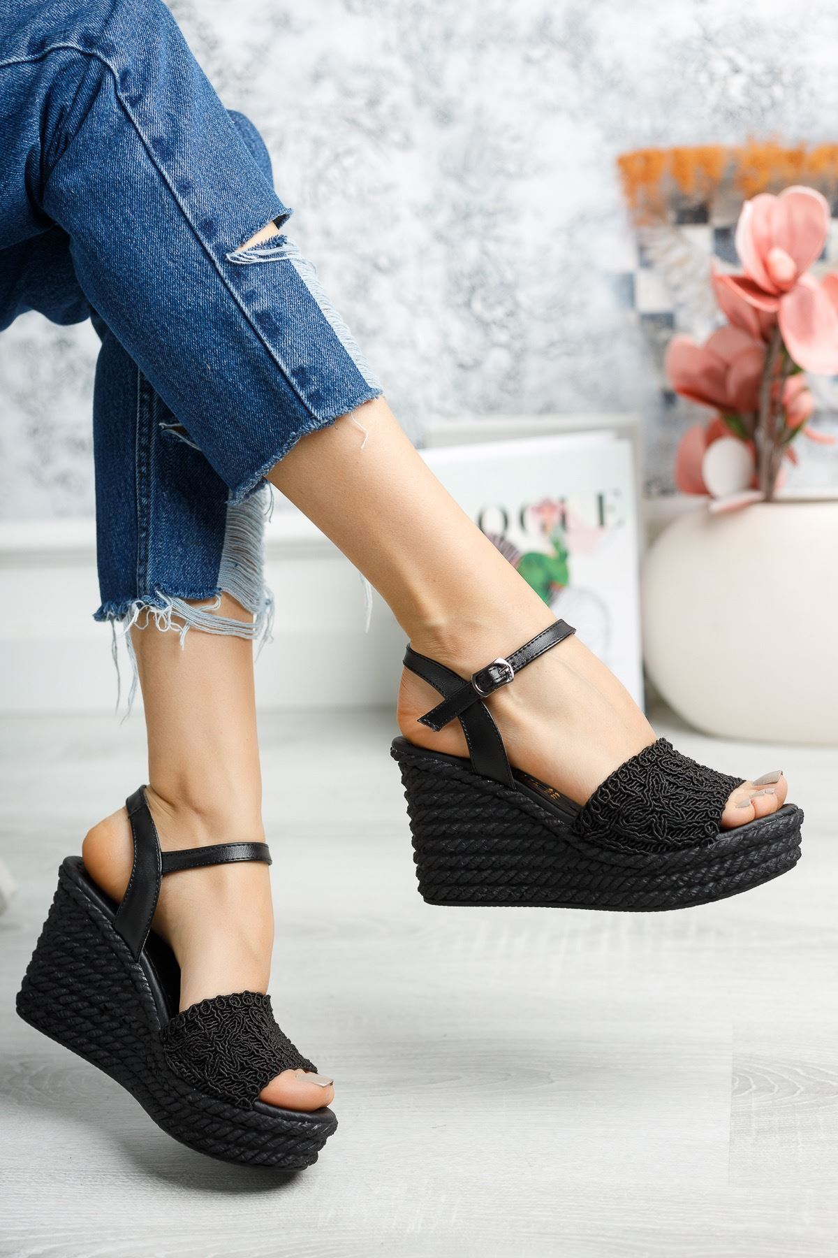 Mantar Taban Örgülü Siyah Sandalet