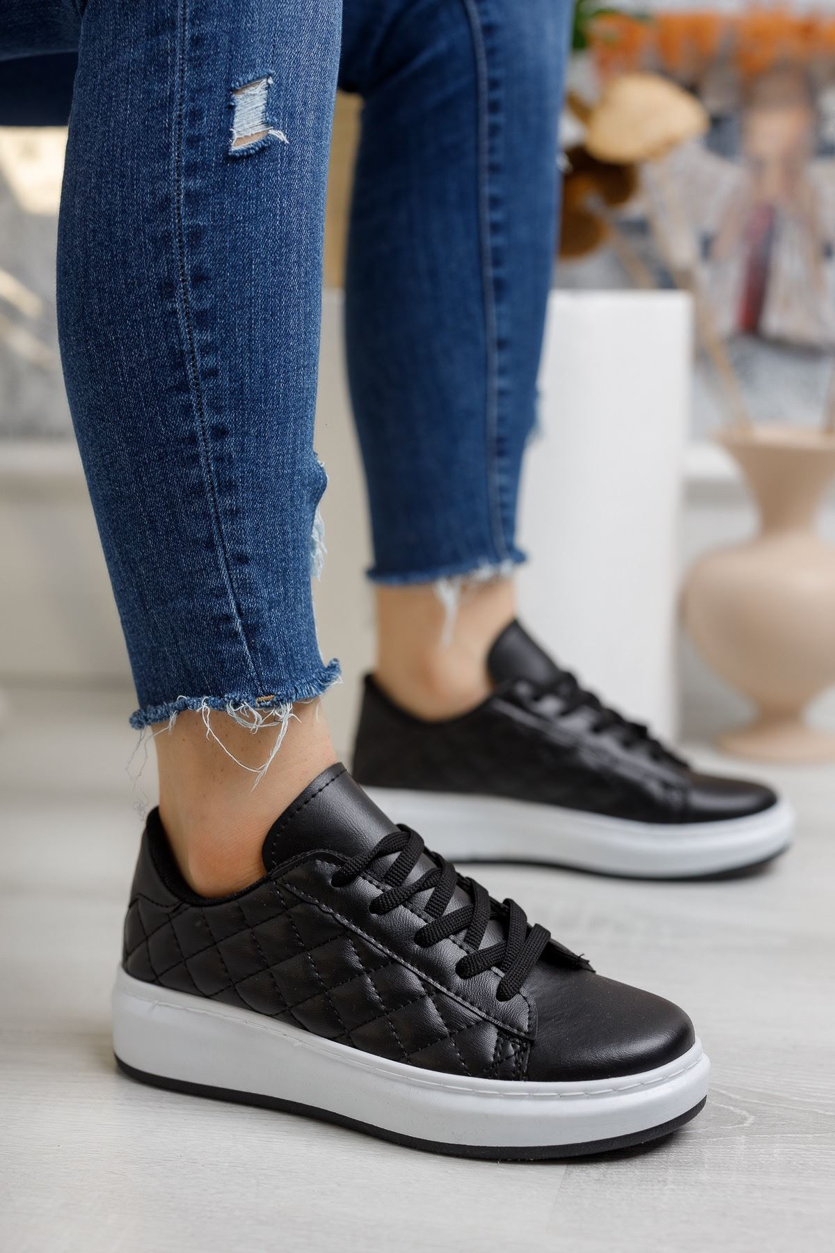 Bağcıklı Kapitone Siyah Tabanı Beyaz Spor Ayakkabı