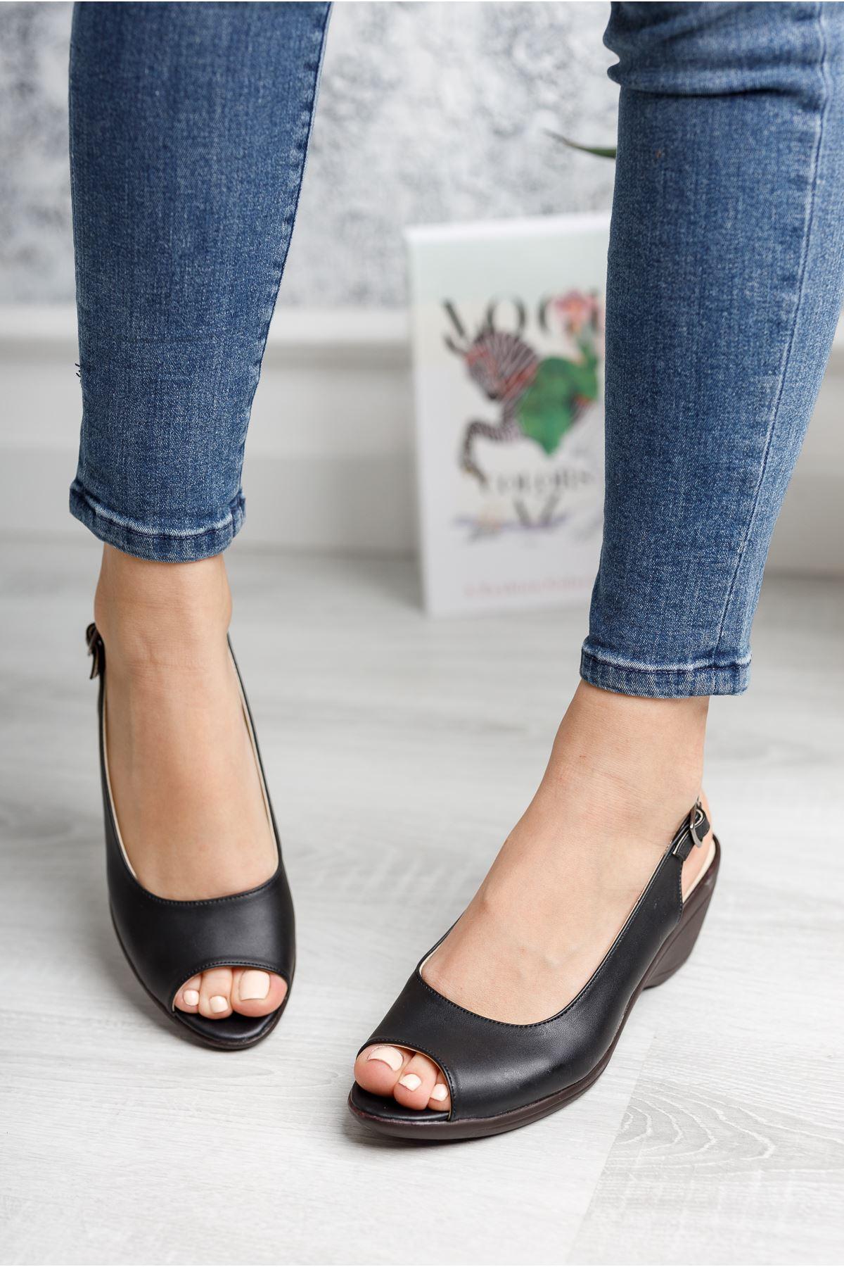 Burnu Açık Bilekten Tokalı Siyah Cilt Ayakkabı