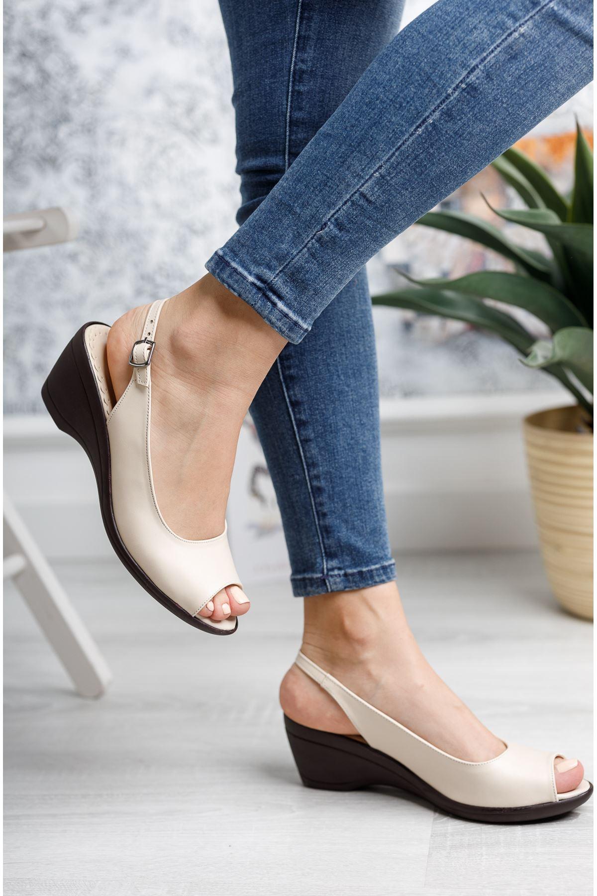 Burnu Açık Bilekten Tokalı Krem Cilt Ayakkabı